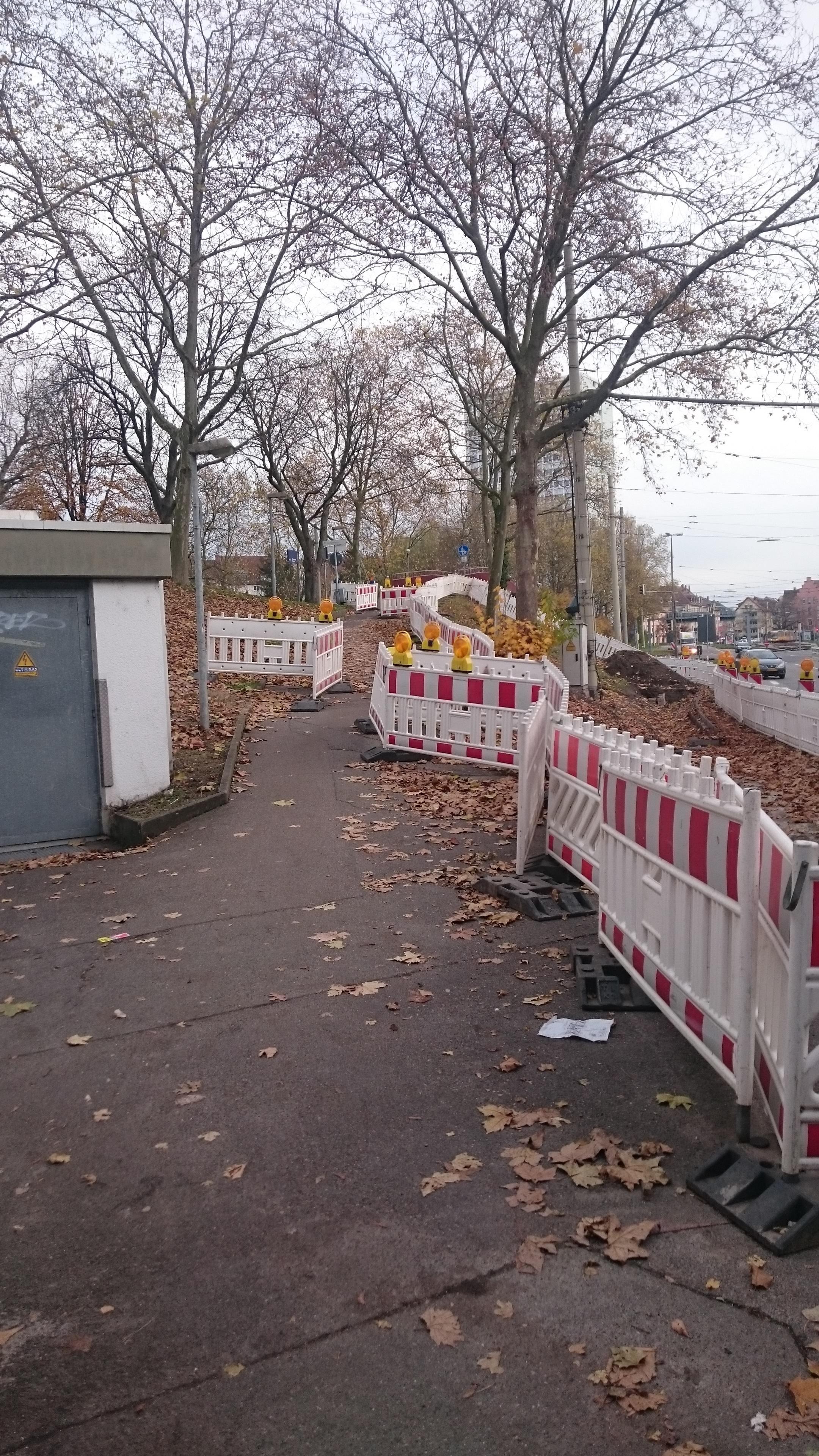 Mängel gemeldet: Baustelle versperrt den Gehweg